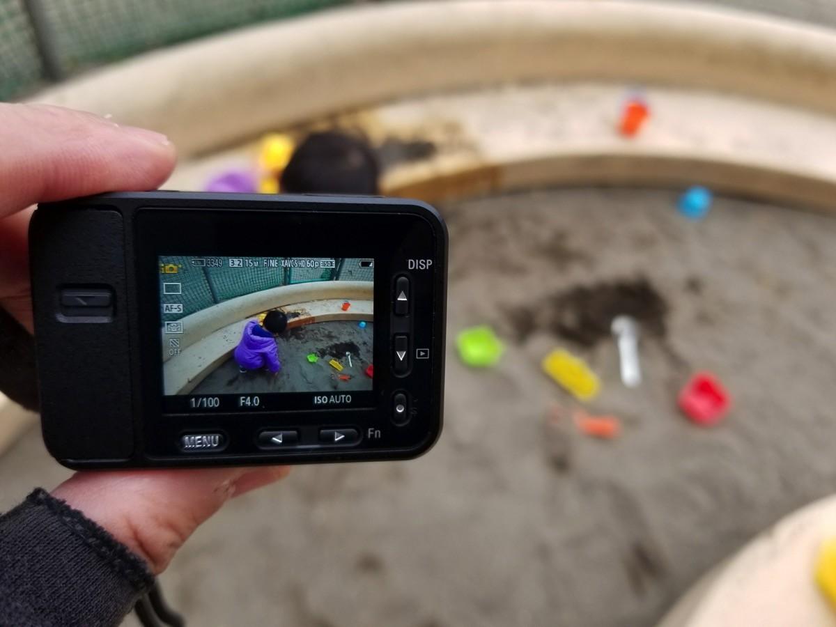 砂場で遊びつつ「RX0」でお気に入りのオモチャを撮影