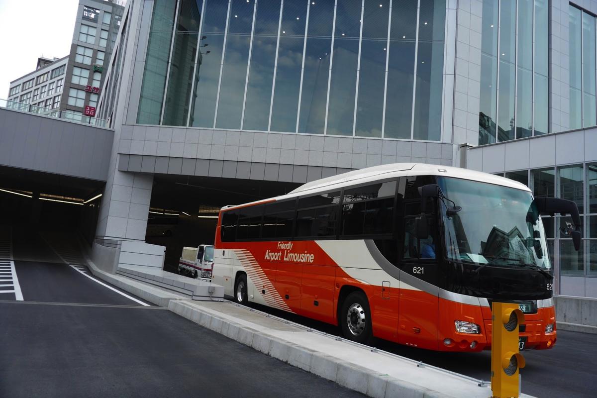 バスタ新宿を出発するリムジンバス