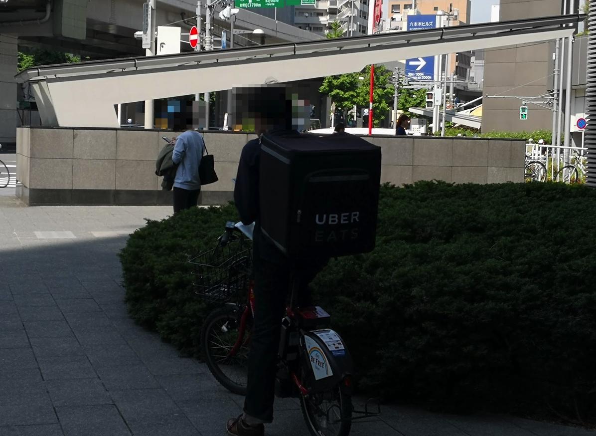 「UberEATS」の配達スタッフ(六本木ヒルズ)