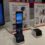 au「かんたんケータイ KYF38」卓上ホルダは音声通話・メディア再生に使えるスピーカー搭載