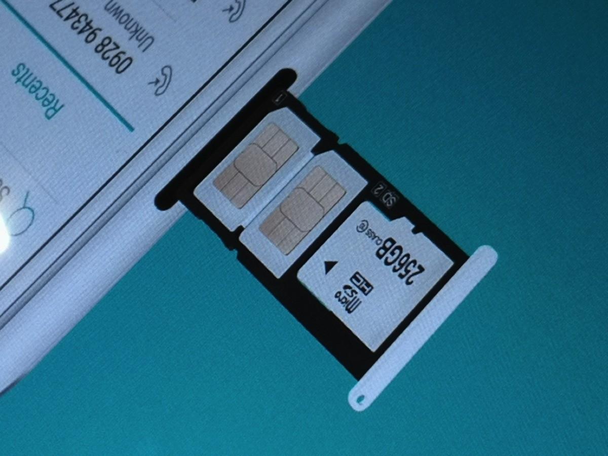 デュアルSIMに加えてmicroSDカードスロットが同時利用ok