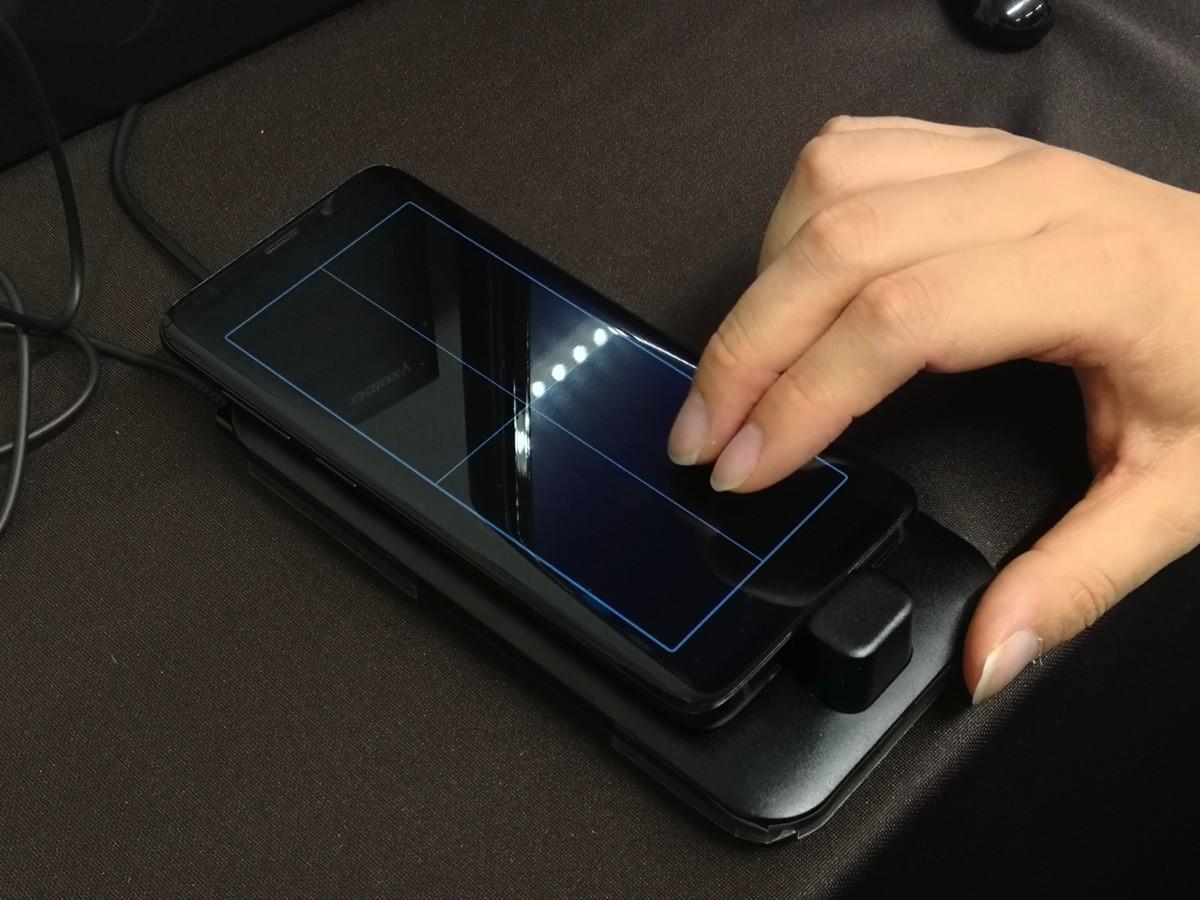 「DeX Pad」にGalaxy S9を装着、タッチパッドとして使う