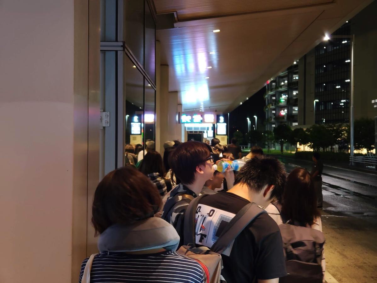 01:40発のバスは満席
