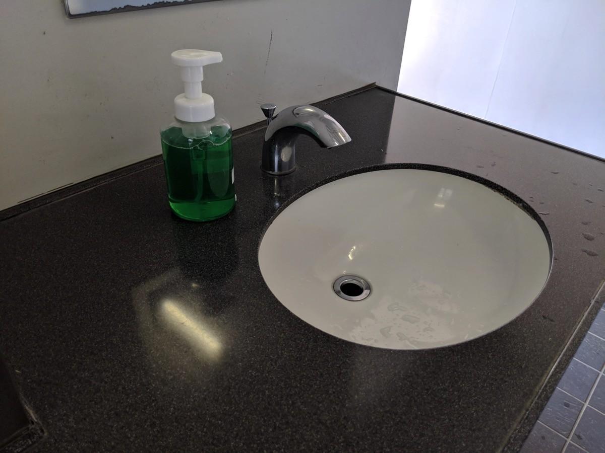 トイレの手洗い場にハンドソープ