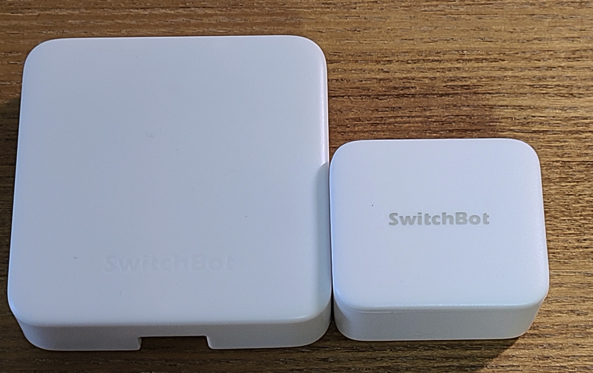 SwitchBot Hub Mini(左)とSwitchBotボタン(右)