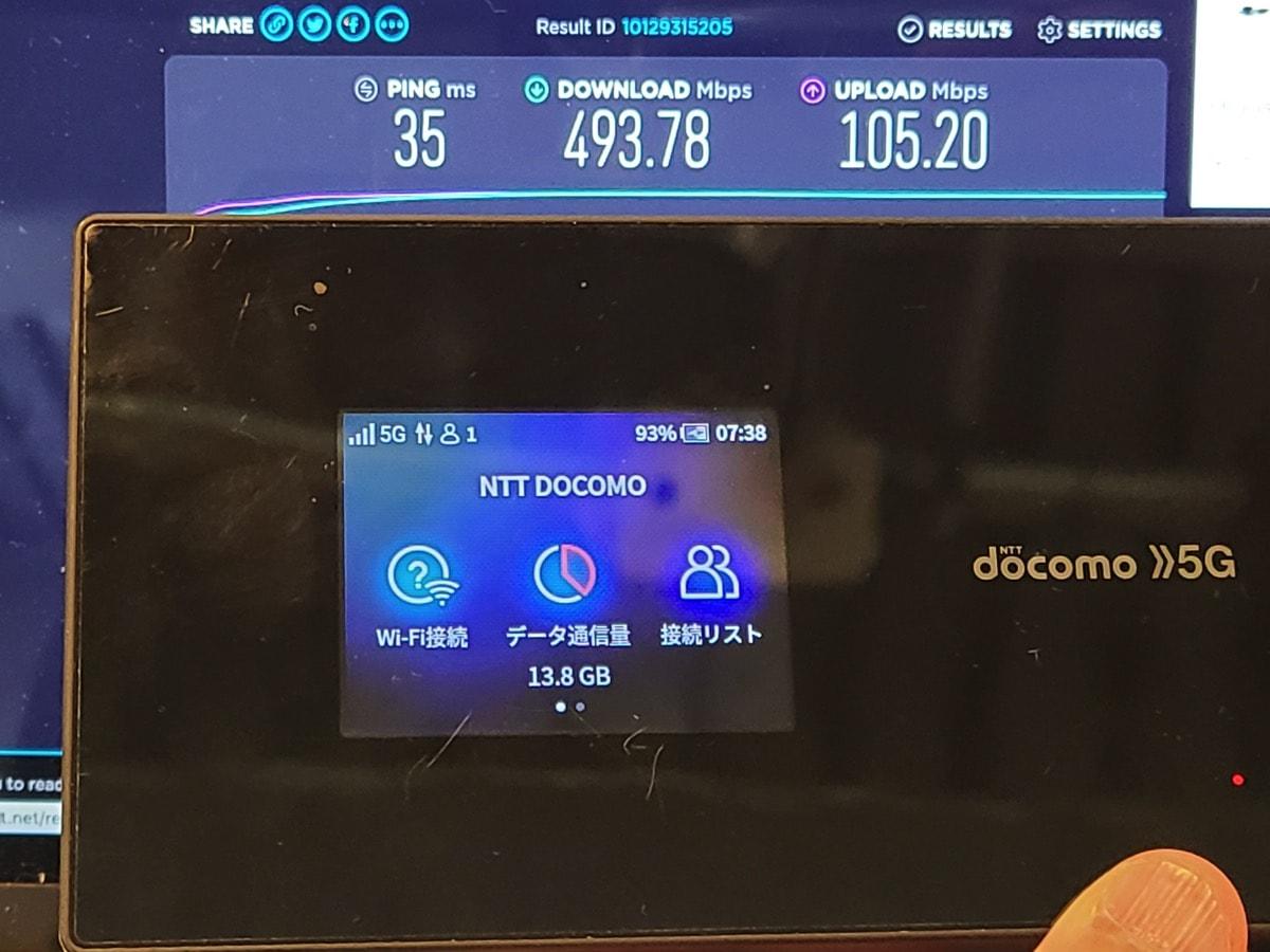 「Wi-Fi STATION SH-52A」が5G(sub6)に繋がっていると思われる状態で下り約500Mbps / 上り100Mbps程度
